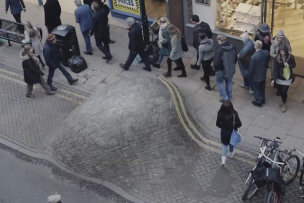 Busy shoppers ignore pavement abscess in Cancer Research UK TV ad